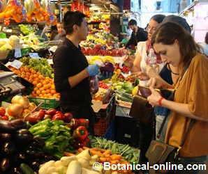 mujer comprando fruta en un mercado