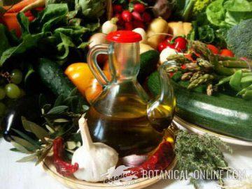 Aceite de oliva junto a otros alimentos saludables
