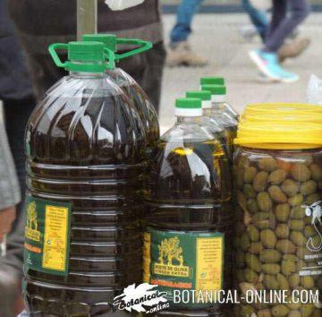 Aceite de oliva junto a aceitunas