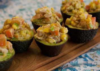 aguacates vegetarianos rellenos de ensalada de patata y maíz con guacamole