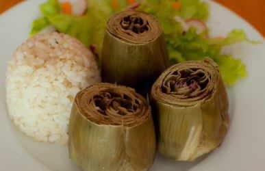 plato con alcachofas al vapor de acompañamiento