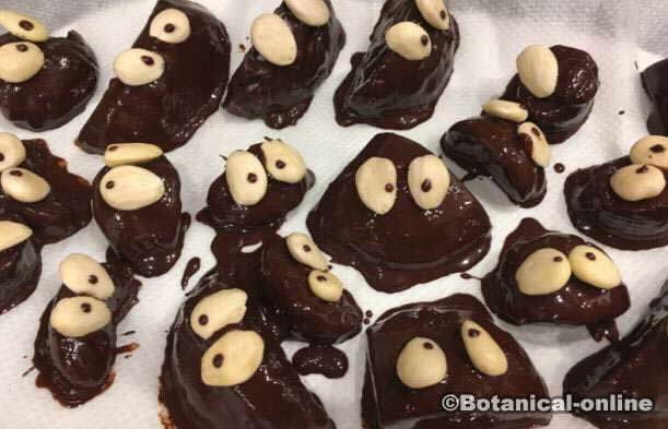 postre infantil bombones de chocolate con fruta decorados como muñecos