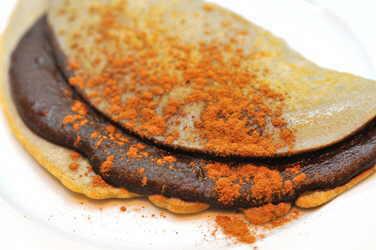crepe de trigo sarraceno con crema de cacao casera y canela