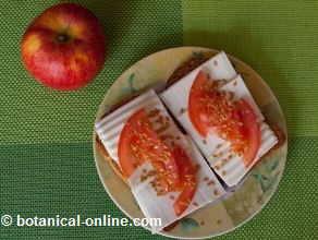 biscotes con queso linaza tomate y fruta