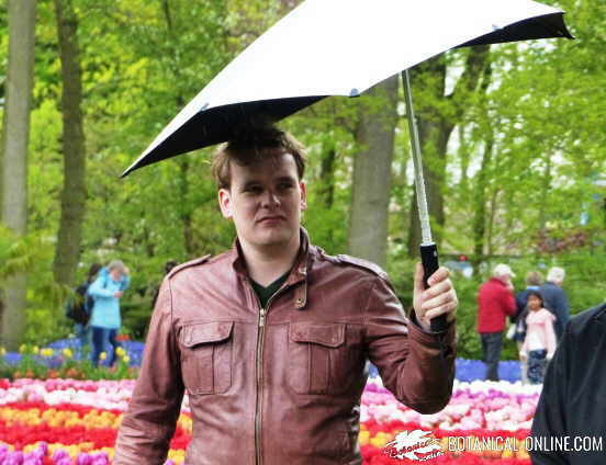 hombre paraguas resfriado