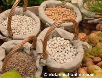 legumbres en un mercado, judias lentejas y garbanzos