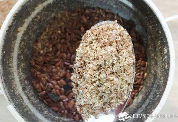 semillas de lino con un molinillo de café