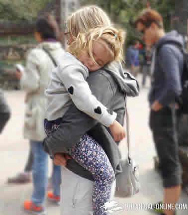 niño durmiendo en brazos de su madre