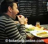 persona comiendo
