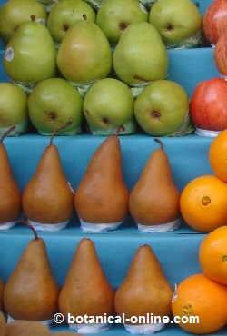 variedades de peras en un mercado