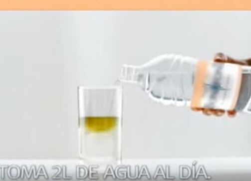 vaso de agua beber para eliminar toxinas