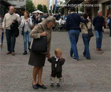 mujer mayor con niño
